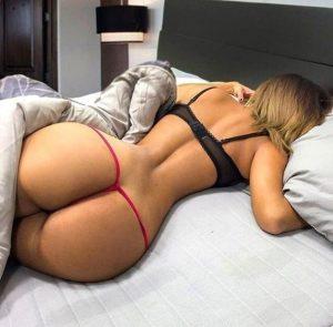 mujer madura en la cama