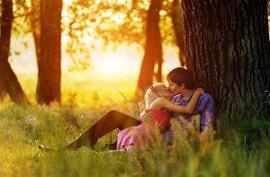 Pareja de amantes en la naturaleza